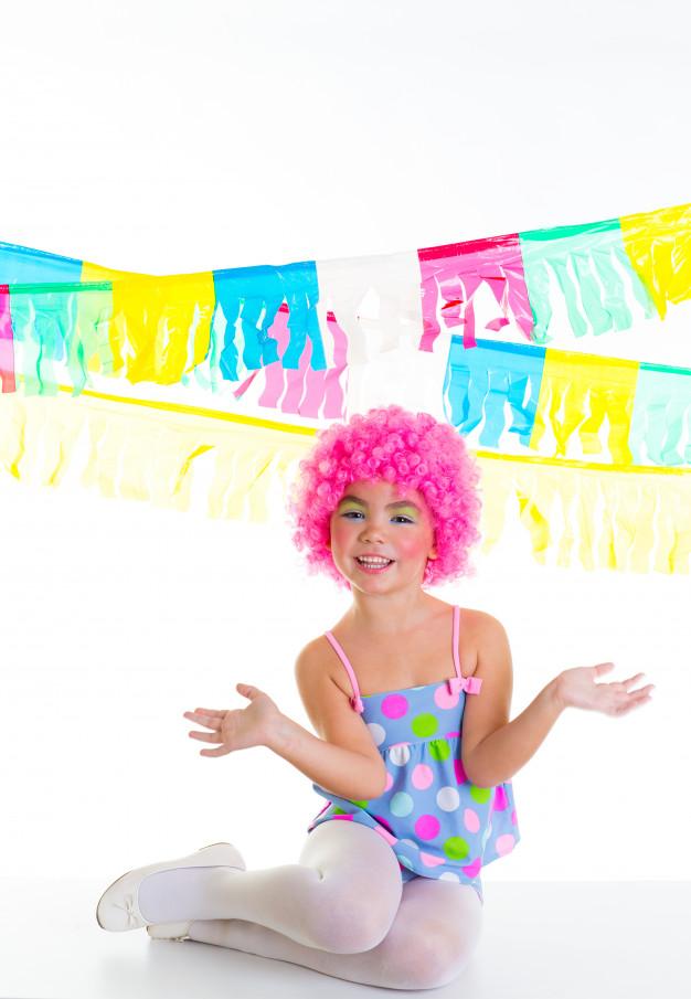 enfant-enfant-fille-expression-drole-clown-rose-perruque_79295-544