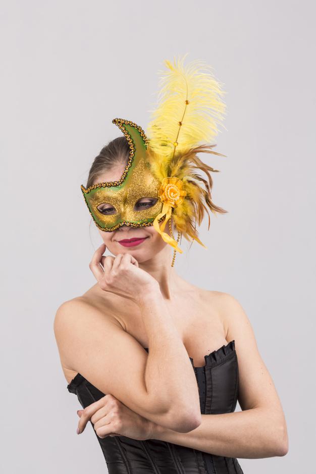 portrait-femme-masque-carnaval_23-2148044187